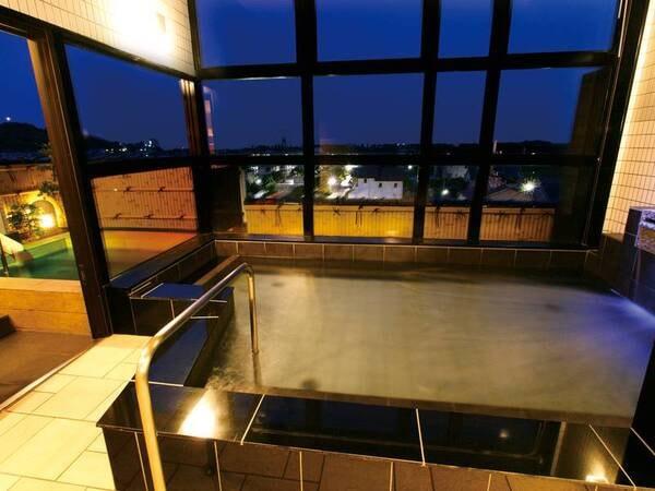 【パノラマ大浴場・露天風呂】夜は露天風呂のライトアップあり
