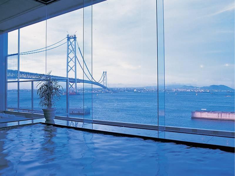 【内湯】雄大な明石海峡大橋と行きかう船を眺めながら
