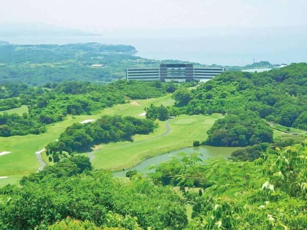 【ゴルフコースの様子】高台の開放的なゴルフコース。海を望む気持ちのよいゴルフ場