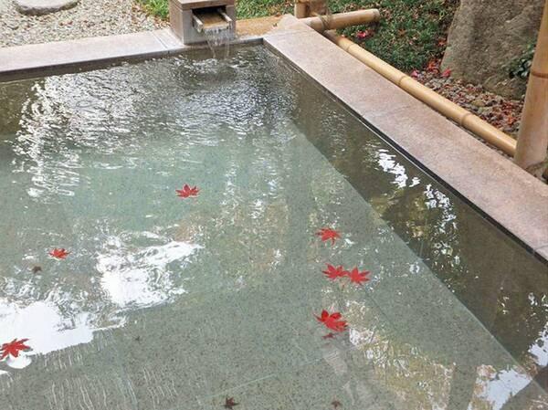 紅葉浮かぶ露天風呂