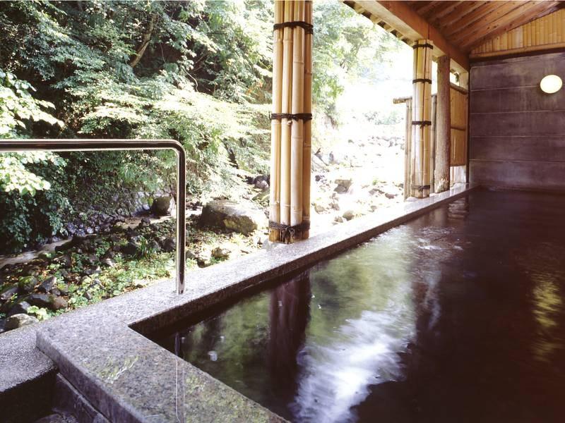 【露天風呂】渓流を眺めながら湯浴みを満喫