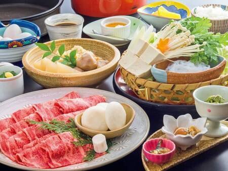 【但馬牛すき焼きコース/例】※写真内の肉盛り・野菜盛は4人前です。