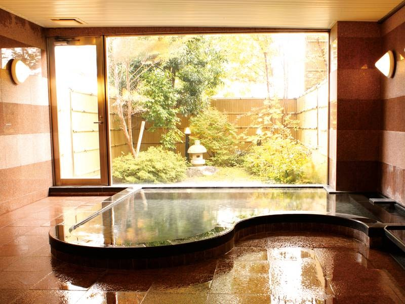 【大浴場】庭園のぞむ大浴場にはサウナも完備