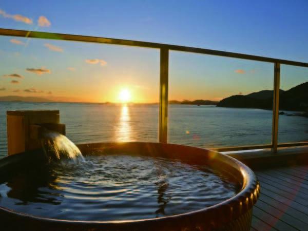 【露天風呂付客室/例】空と海の狭間、遠くの島影を望みながら露天風呂を堪能