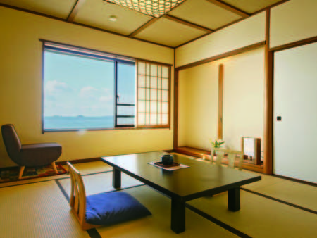 【通常客室/例】客室は全て造りが異なり、各部屋の窓から瀬戸内海一望