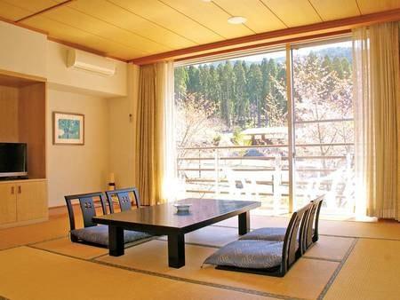 【和室/例】ゆっくりとくつろげる和室。窓の外には大自然が広がる