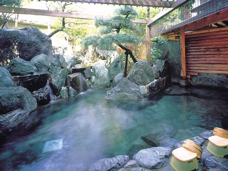 【華の湯 露天風呂】雰囲気の良い岩造り