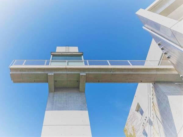 ロビーとエレベーターホールを繋ぐブリッジ