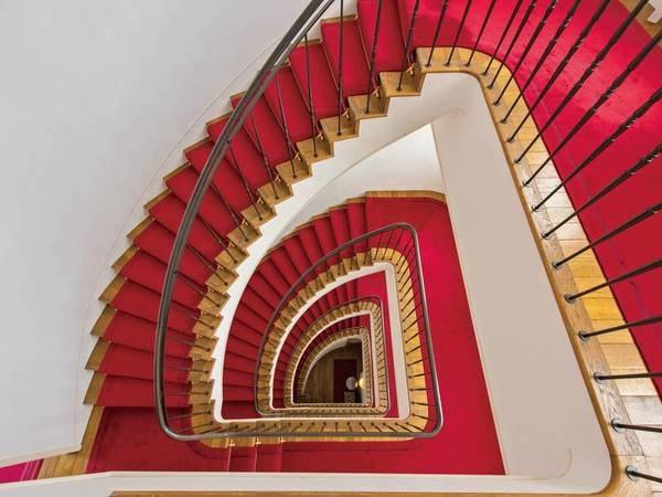 【螺旋階段】1枚の絨毯を継ぎ足すことなく5階から1階まで敷いてある。建物のシンボル