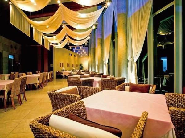 1階レストラン(夜)