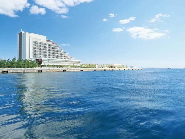 【外観】海に囲まれた天然温泉旅館