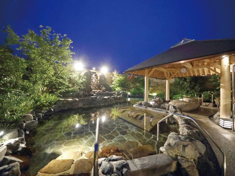 【1階露天大浴場】棚湯や源泉かけ流しなど多彩な湯船が魅力!
