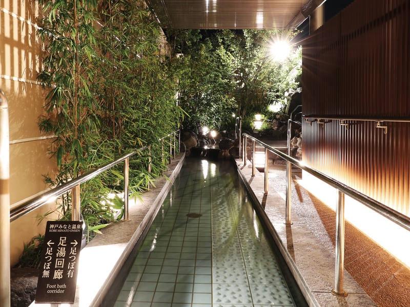 【1階露天大浴場/足湯回廊】足踏みマッサージストーンを歩きながら