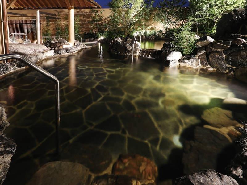 【1階露天大浴場/棚湯・浅湯】ちょうどよい深さでじんわり温まる