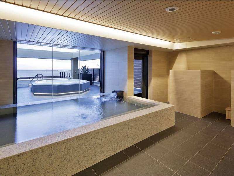 【最上階展望浴場(宿泊者専用)】広々と浸かれる内風呂。フィンランド式ドライサウナを完備