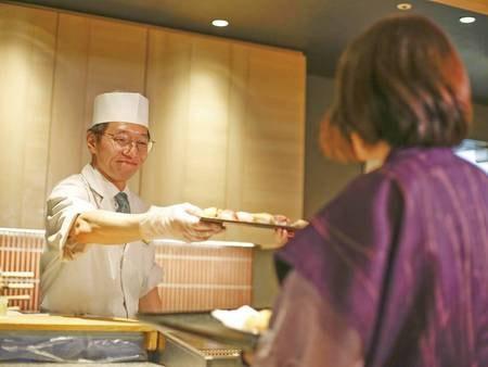 【夕食ディナーブッフェ/例】約60種類のメニュー 実演も充実