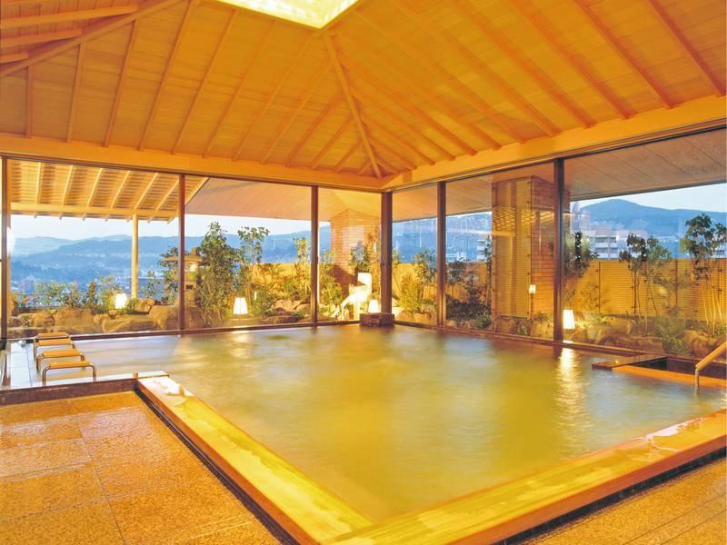 【宝甲の御湯/展望大浴場】檜の香り漂う純日本風の湯舟を楽しむ