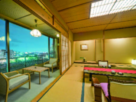 【客室/例】広々とした12.5畳和室(54㎡)。夜景の煌めきの中、清流の武庫川を望む