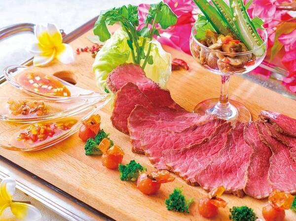【★2021秋の料理フェア★】ローストビーフ(US牛リブロース肉)3種のソースとガロニを添えて※イメージ