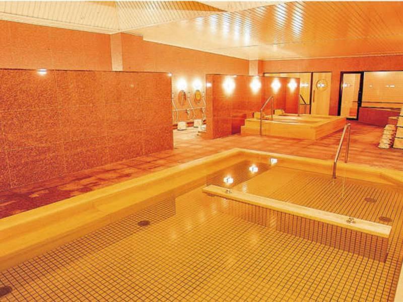 【女性大浴場】広々とした浴槽で湯浴み