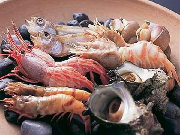 【夏:地元食材満喫会席/一例】新鮮な魚介類の宝楽焼き!