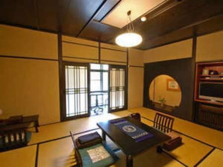 【地久・3名様定員/例】本館と階段でつながる翠嵐御坊にあり、レトロモダンな障子模様が印象的