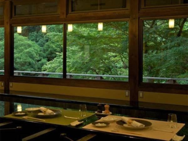 【御所別墅レストラン】宿併設のレストラン。眼前には落ち葉山の緑が広がる。紅葉の時季は圧巻の景色