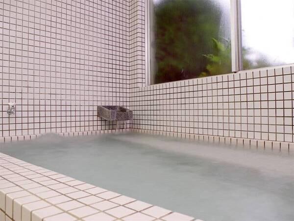 【お風呂】当館のお湯はハチ北温泉のお湯を引いています。ほっこり温泉で疲れを癒して下さい^^