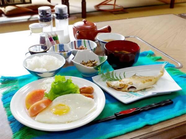 【朝食一例】朝は焼き魚や目玉焼きをメインとした朝食をご用意致します。
