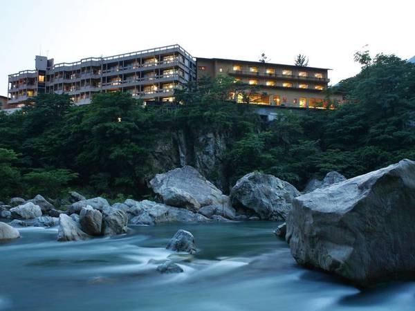 【外観】鬼怒川沿いに建つ宿