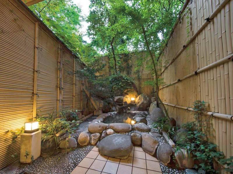 【有料貸切露天風呂 庭風の湯】大小様々な石が配された湯舟