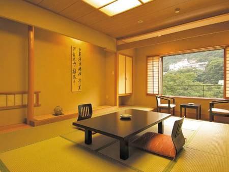 【新館和室/例】 清潔感ある和室から鶏頂山を一望(バス・洗浄機能トイレ付)