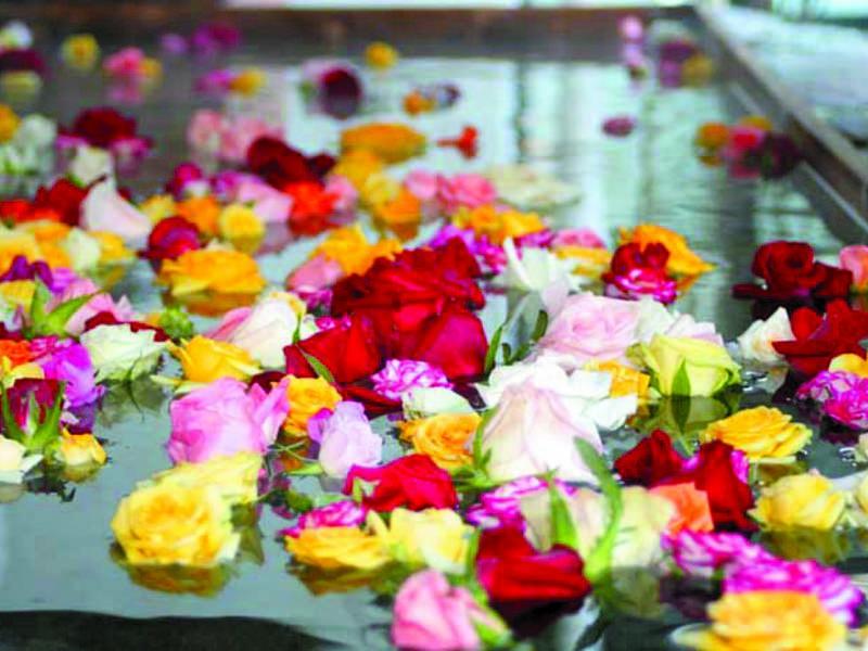 【大浴場/バラ風呂】毎週土曜日は女性風呂が華やかなバラ風呂に変身