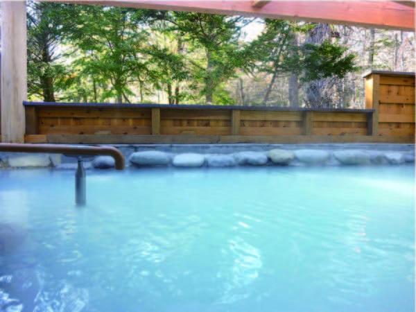 【露天風呂】乳白色のかけ流し湯を満喫
