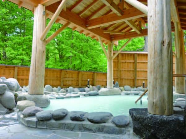 【露天風呂】乳白色の濃厚にごり湯に浸かりながらゆったりくつろぐ