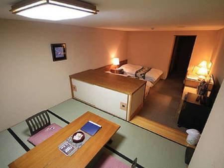 【和洋室 35㎡/一例】和室部分は座卓が置かれ、布団を3組ご用意しております