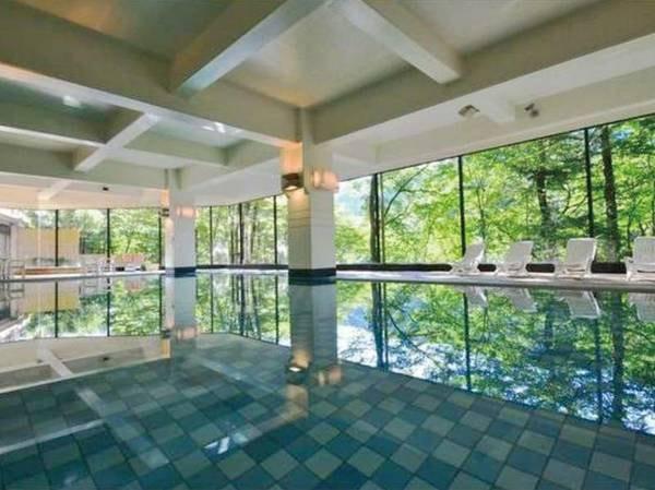 【屋内プール】一年中楽しめる温水プール。利用時間は13時~21時/6時~10時