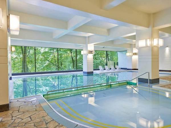 【屋内プール】お子様用の浅いプールも完備♪自然を窓の外に望み、開放感溢れる。