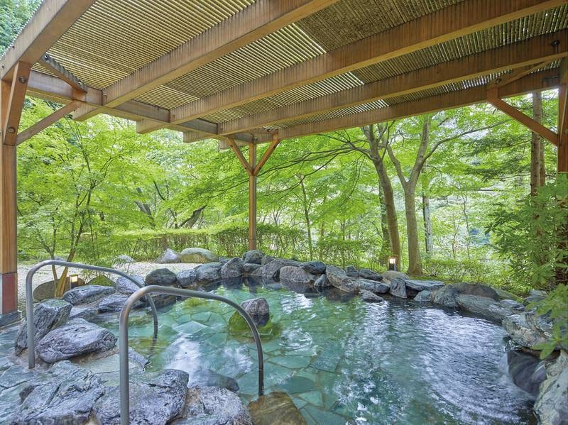 【露天風呂】森に包まれながら湯浴みを愉しむ、癒しのひとときを。