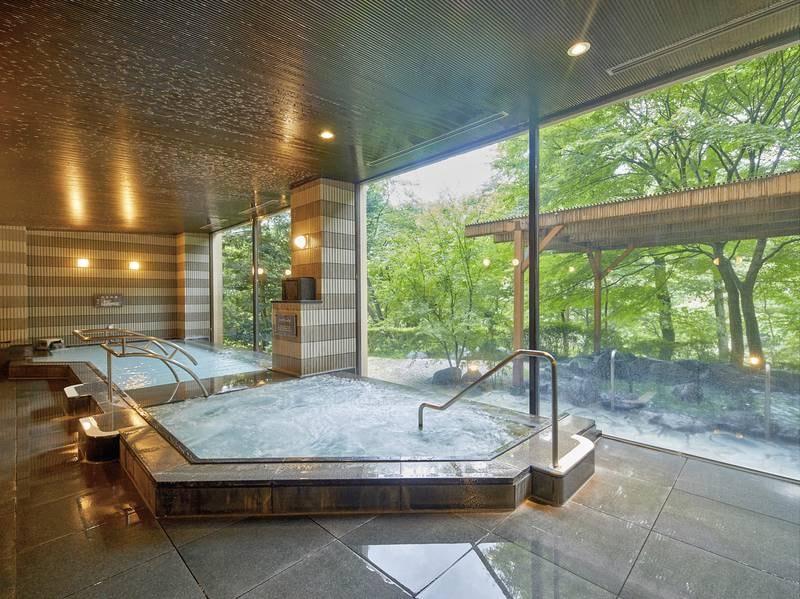 【大浴場】ゆったりとお湯につかって、日頃の疲れを癒していく。