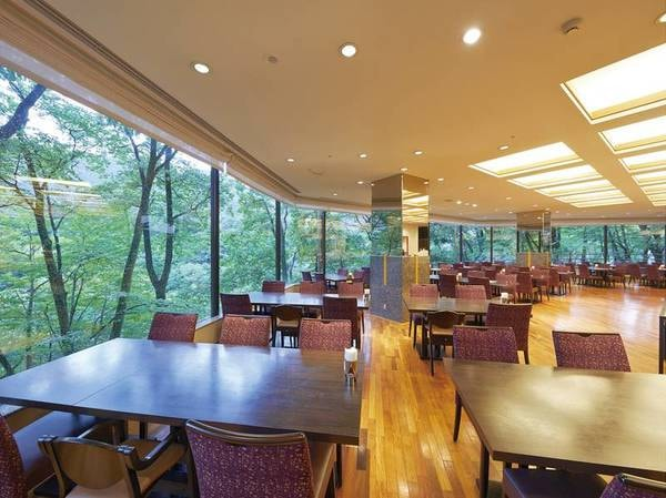 【レストラン「リヴィエール」】清流の恵みを受けた美しい木々を眺めながらお食事