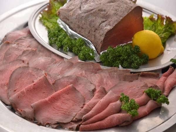 【夕食バイキング/一例】シェフが毎日仕込むローストビーフは、オリジナルのたれと一緒にどうぞ!