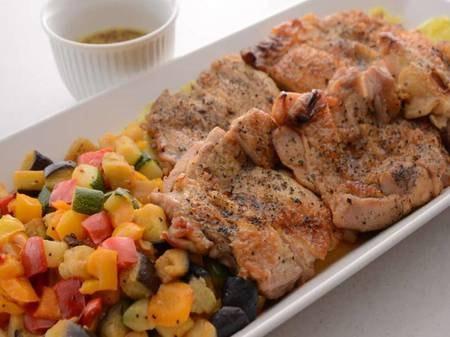 【夕食バイキング/一例】ジューシーなチキンと彩り野菜は目玉商品のひとつ!