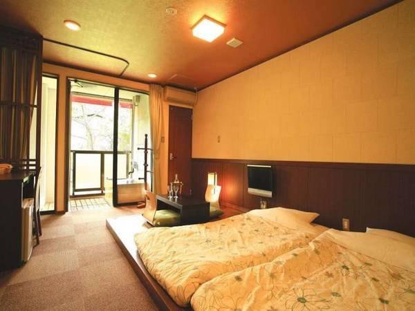 【天然温泉露天付きツイン室(和風モダン室)禁煙/一例】洋室を和風に演出!一段高くなったフローリングにお布団を敷いています