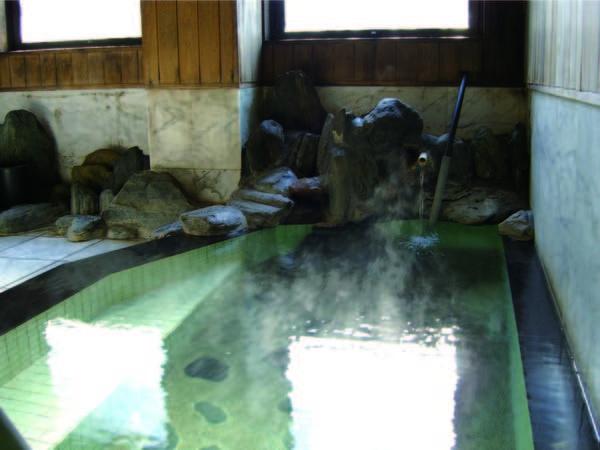 【内湯】とろとろの源泉100%かけ流し湯を楽しめる