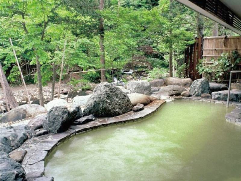 【「高尾の湯」露天風呂】四季折々の自然美を堪能できる渓流露天風呂