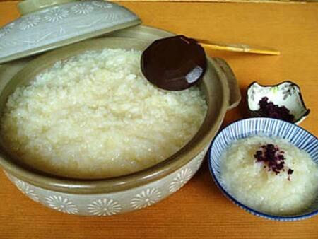 【朝食/例】自家源泉で炊いた名物「温泉おかゆ」