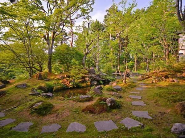 鳥のさえずりや緑にあふれる庭園