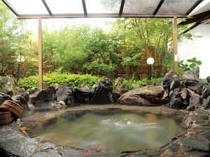 【無料貸切風呂(庭園付露天風呂)】庭園を構えた開放的な屋根付の天然温泉露天風呂