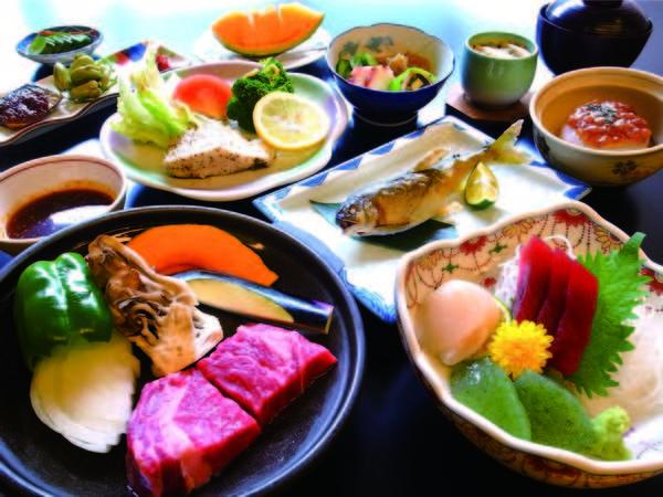 【塩原の女将飯/例】量を少なめに、季節の食材を盛り込んだ料理が楽しめる